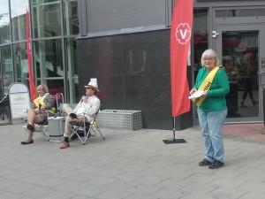 Vänsterpartiet Farstas lars Bäck samtalar med Ann-Margarethe Livh på Farsta torg